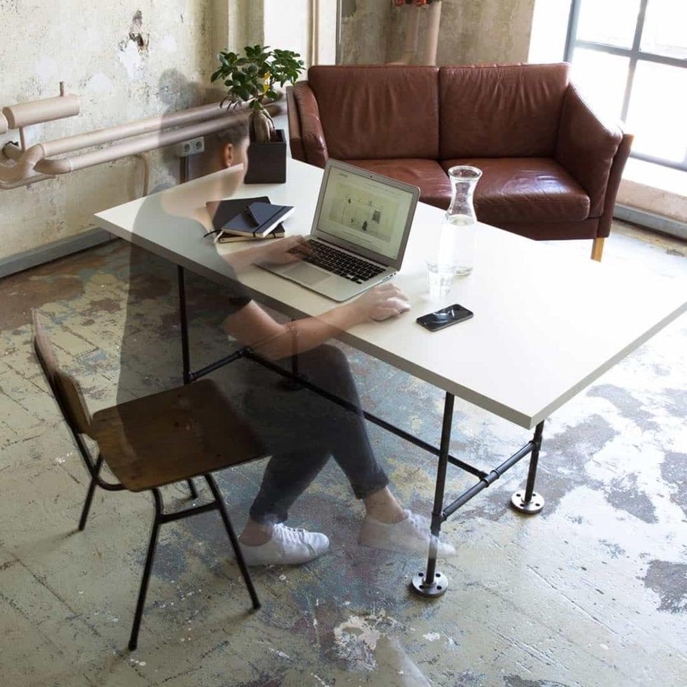 Büroausstattung Schreibtisch Agentur Werbeagentur Industriedesign Industrial Design Möbel Schwarz verzinkt Tresen Ladenausstattung Büromöbel zeitlos