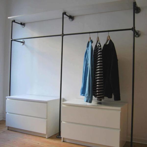 Garderobe Schranksystem Industrial Style Stahlrohr Moebel selber bauen Wandmontage im Schlafzimmer Ankleidezimmer