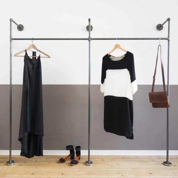 Offenes Kleiderschranksystem Industriedesign aus Heizungsrohr und Temperguss Metall Moebel selber bauen Wandmontage Flur Schlafzimmer