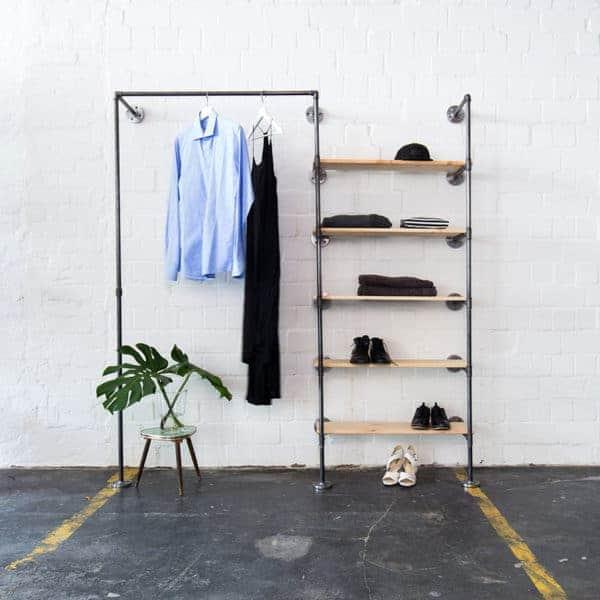 Regalsystem mit Kleiderstange im Industriedesign aus Heizungsrohr und Temperguss zur Wandmontage in Flur, Ankleide und Schlafzimmer