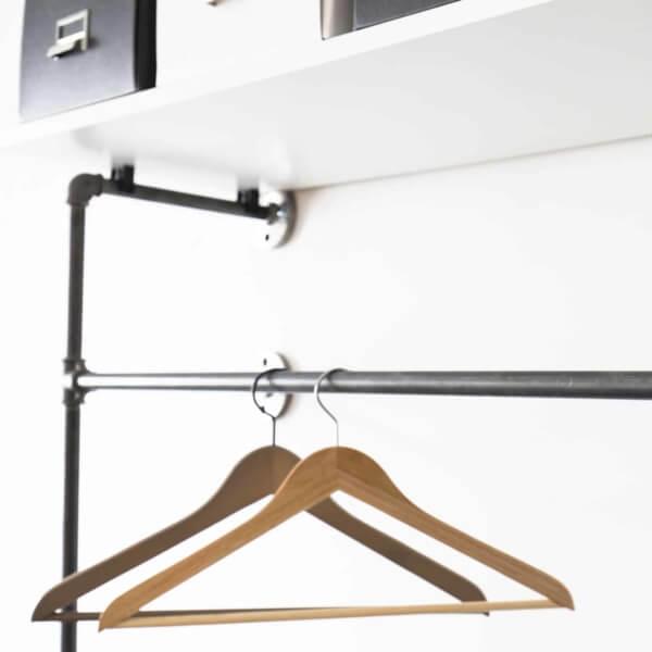 Garderobensystem Industrial Design aus Wasserrohr Temperguss Metall zur Wandmontage fuer Flur und Ankleide