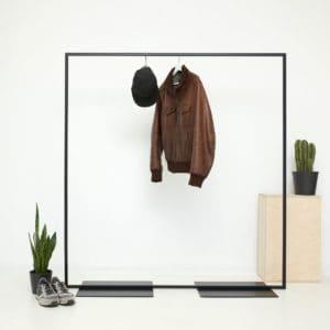 Freistehender Kleiderständer im industrial Design aus geschweißtem Stahl