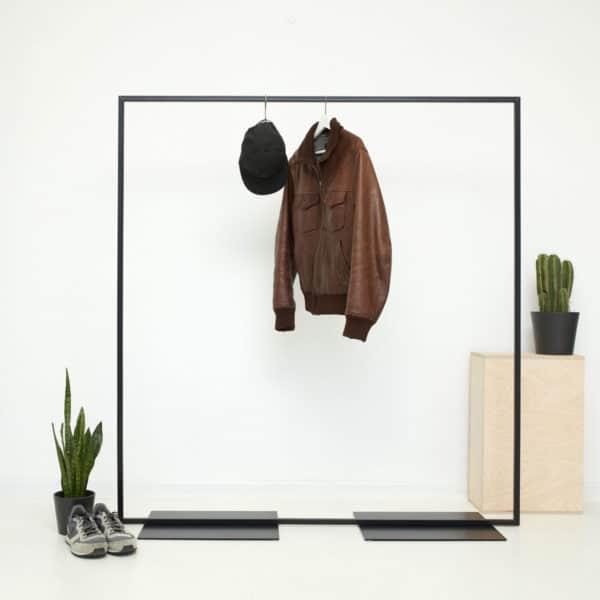 Freistehender Kleiderständer im industrial Design aus geschweißtem Stahl als Ladeneinrichtung schwarz pulverbeschichtet