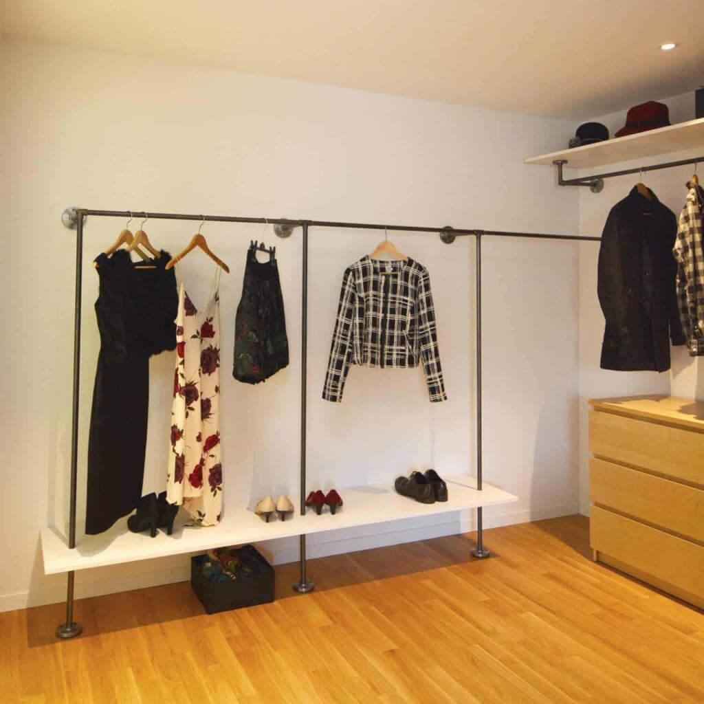 Industrial Design Kleiderstange Regal Kombination Ankleidesystem Stahlrohr Temperguss auf Maß