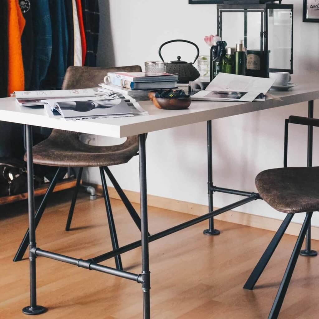 Tisch Industrial Design: maßgefertigt aus Stahlrohr & Temperguss