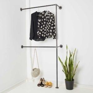 Doppelte Kleiderstange Industrial Design in der Ecke aus Stahlrohr und Temperguss fuer Garderobe Flur Ankleide
