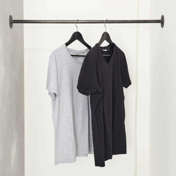 Industrial Design Kleiderstange zwischen zwei Wänden
