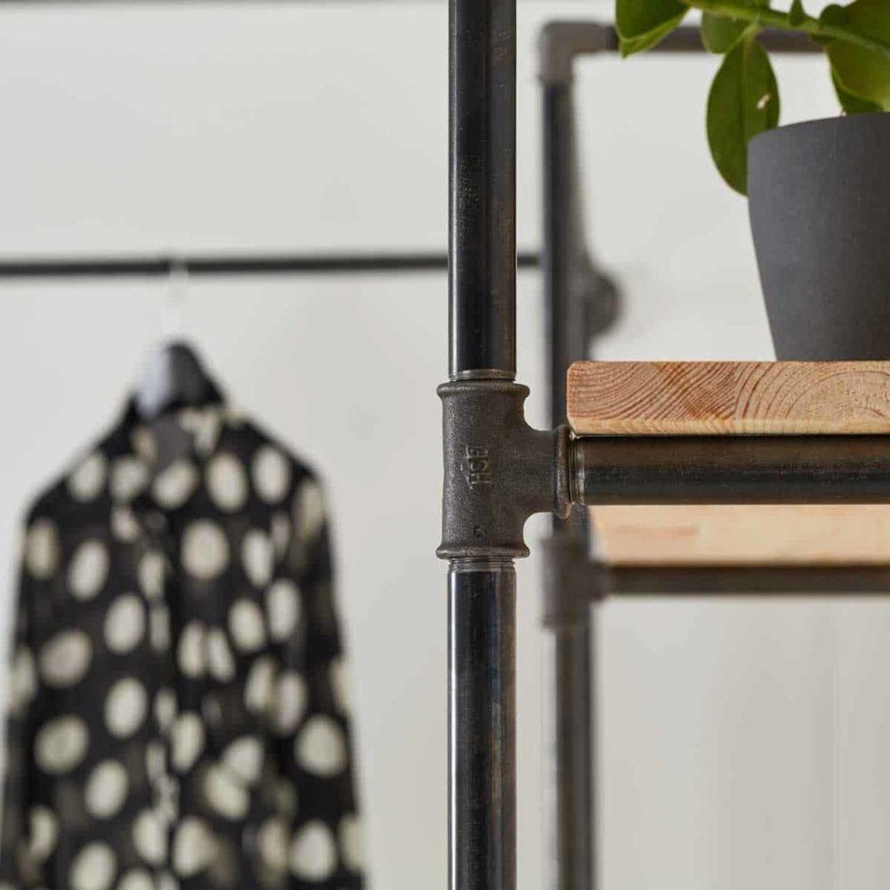 Industrial Style Regal Garderobe Schranksystem als Ladeneinrichtung fuer Flur und Ankleide selber bauen aus Wasserrohr Metall Temperguss schwarz verzinkt