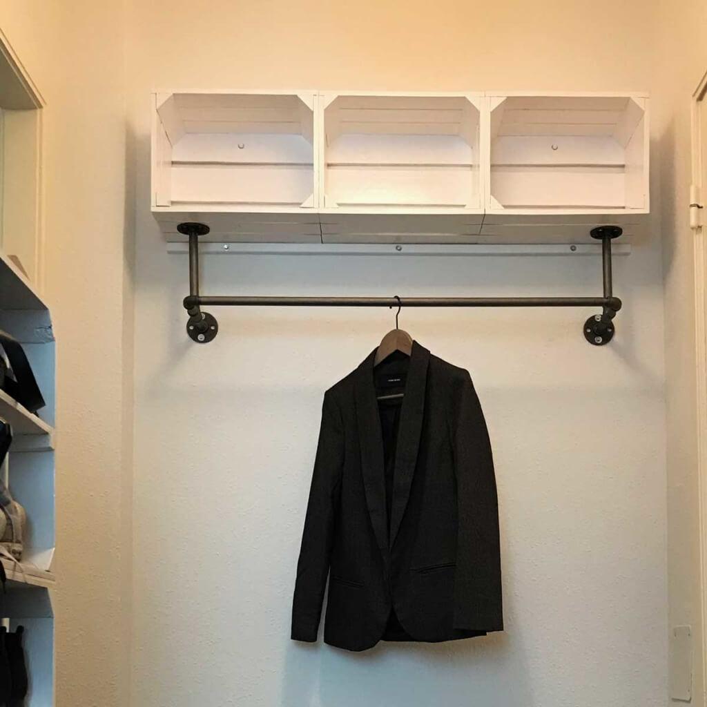 Garderobe Industrial Design aus Wasserrohr und Obstkisten