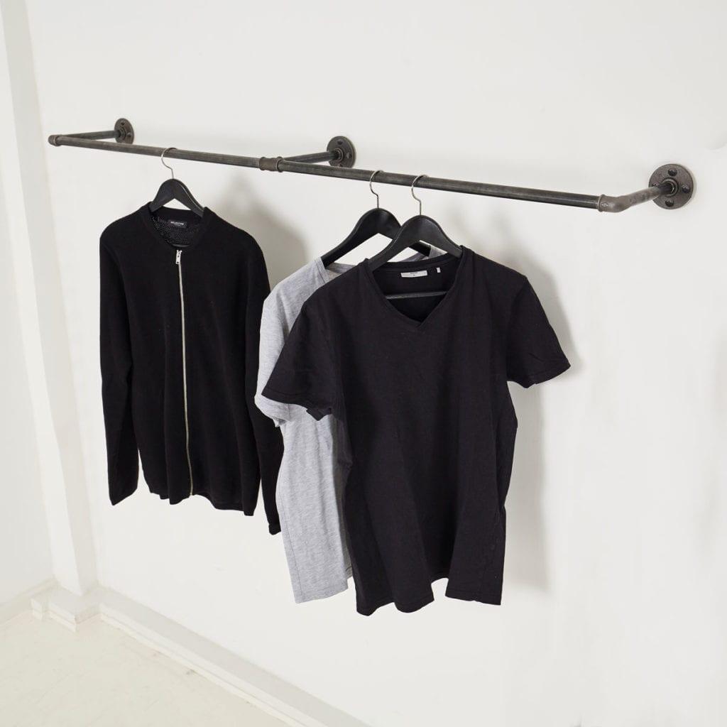 Kleiderstange Wandmontage Industrial Look selber bauen aus Wasserrohr Temperguss Metall schwarz als Ladeneinrichtung in Flur schmal